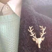 Золотая металлическая брошь в виде головы оленя
