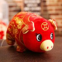 Символ 2019 года красная мягкая игрушка свинья с желтым рисунком