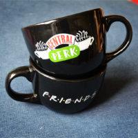 Керамическая большая черная чашка кружка 650 мл с надписью Central Perk (Центральная кофейня) из сериала Друзья (Friends)