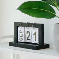 Перекидной деревянный настольный flip календарь