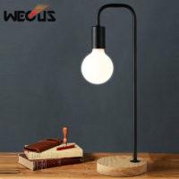 Минималистичная настольная лампа с лампочкой на деревянной основе в стиле лофт