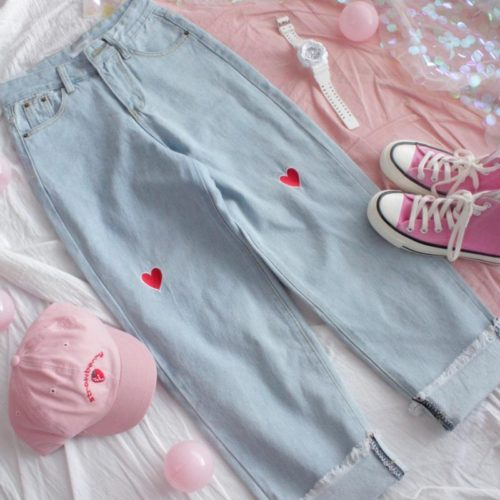 Голубые женские свободные джинсы на высокой талии, с вышивкой в красного сердца на коленях