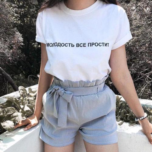 Женская черная или белая футболка с круглым вырезом и коротким рукавом с надписью на русском Молодость все простит