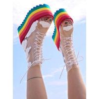 Прозрачные женские ботинки на толстой высокой радужной подошве и облаками