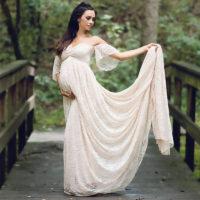 Кружевное длинное платье с шлейфом и открытыми плечами для фотосессии беременных женщин